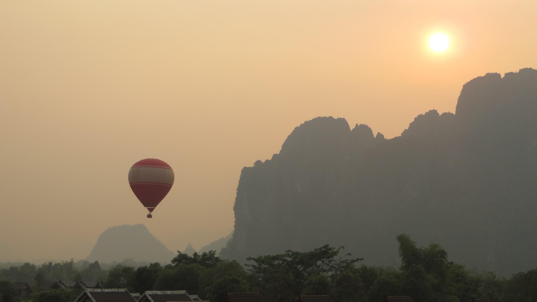 Heißluftballon am Horizont von Luang Prabang in Laos