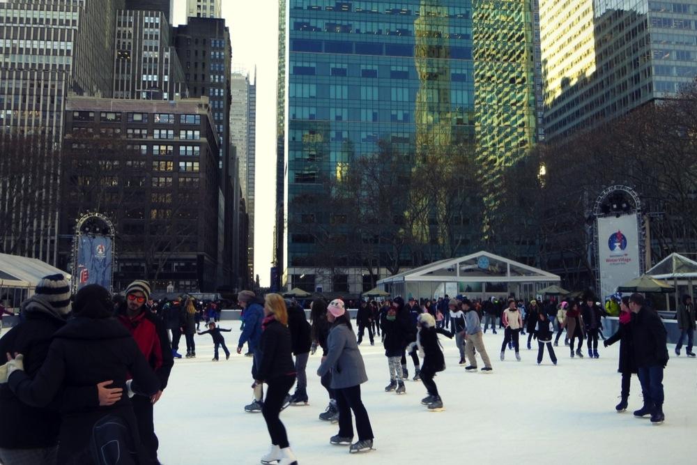 Schlittschuhläufer im Bryant Park / NYC im Winter