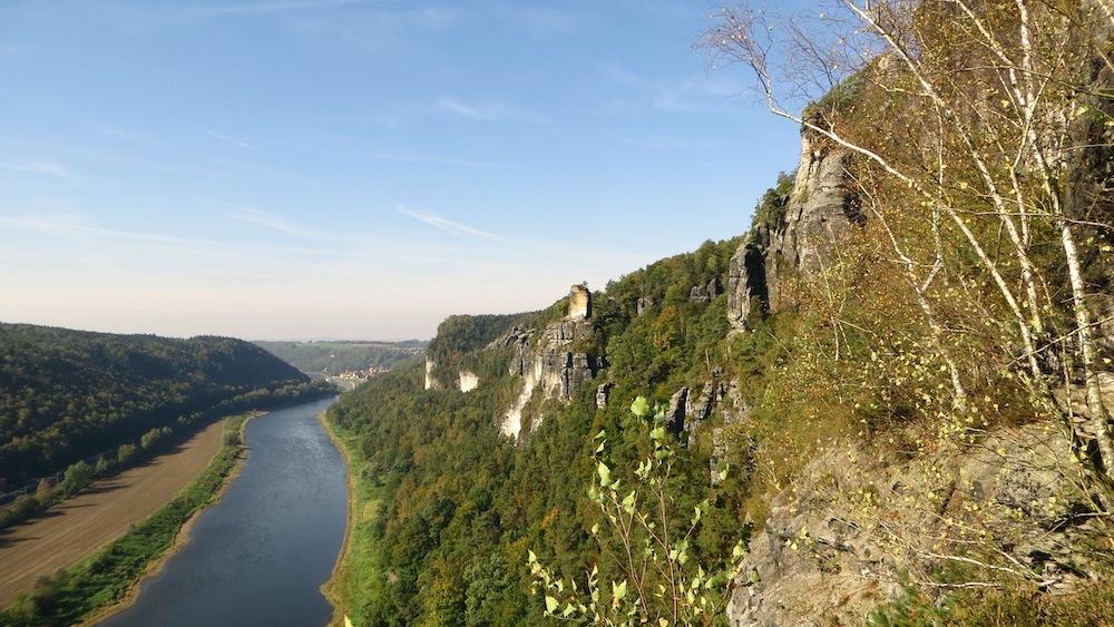 Kurz hinter der Basteibrücke hat man einen wunderschönen Blick ins Elbtal.